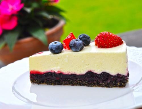 Lahka poletna jogurtova skutna torta z aronijo in jagodičevjem (brez moke)